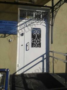 двухстворчатая дверь в подъезд