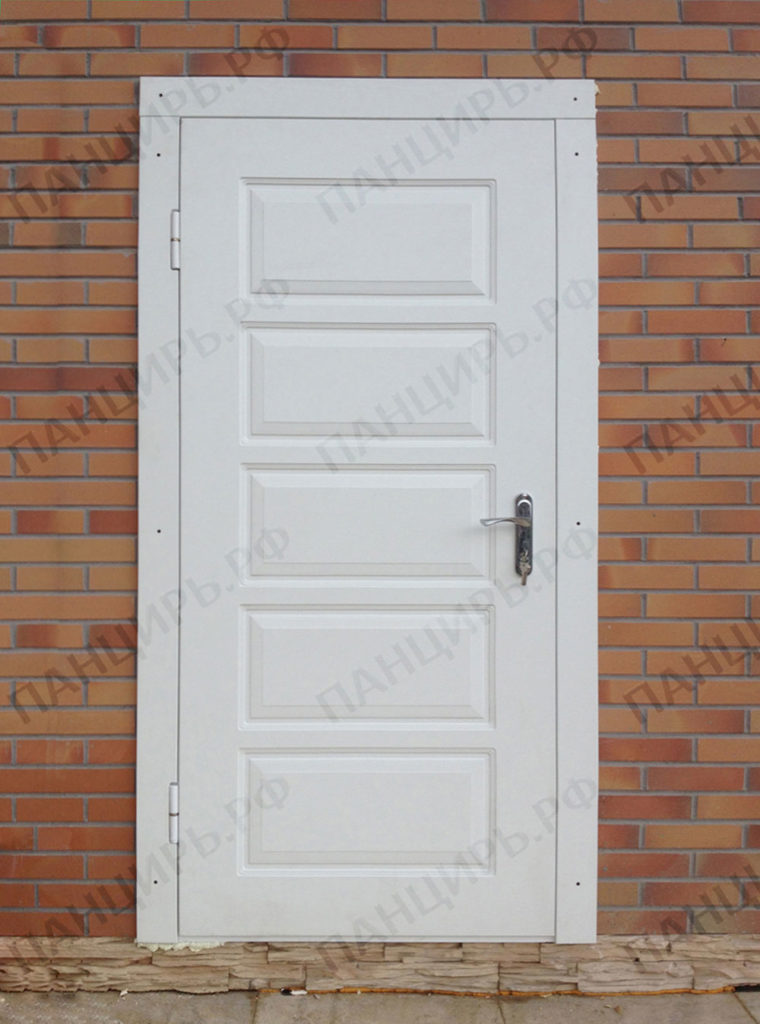 белая входная дверь