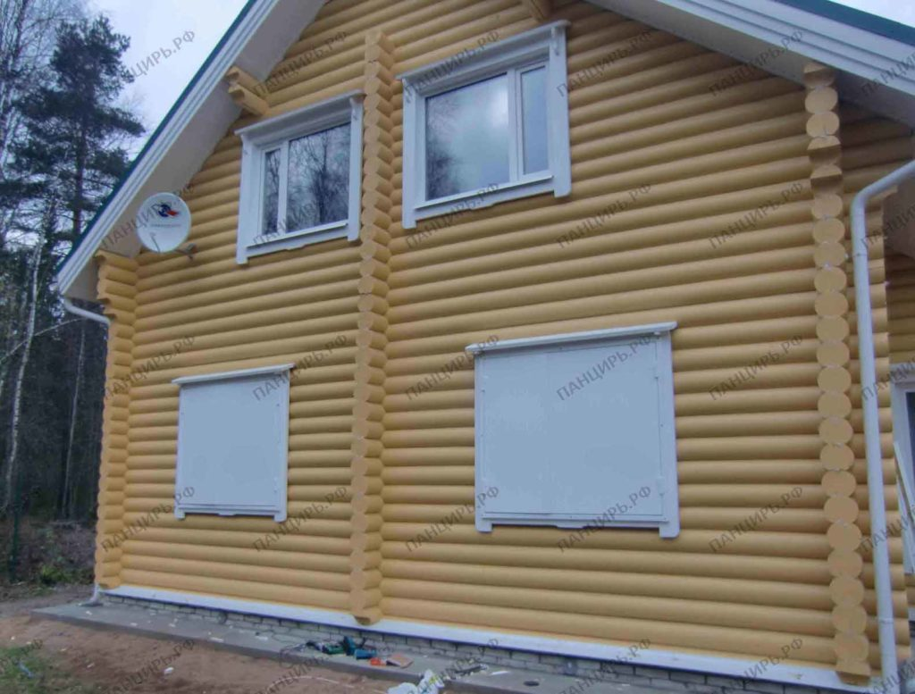 дом с белыми ставнями