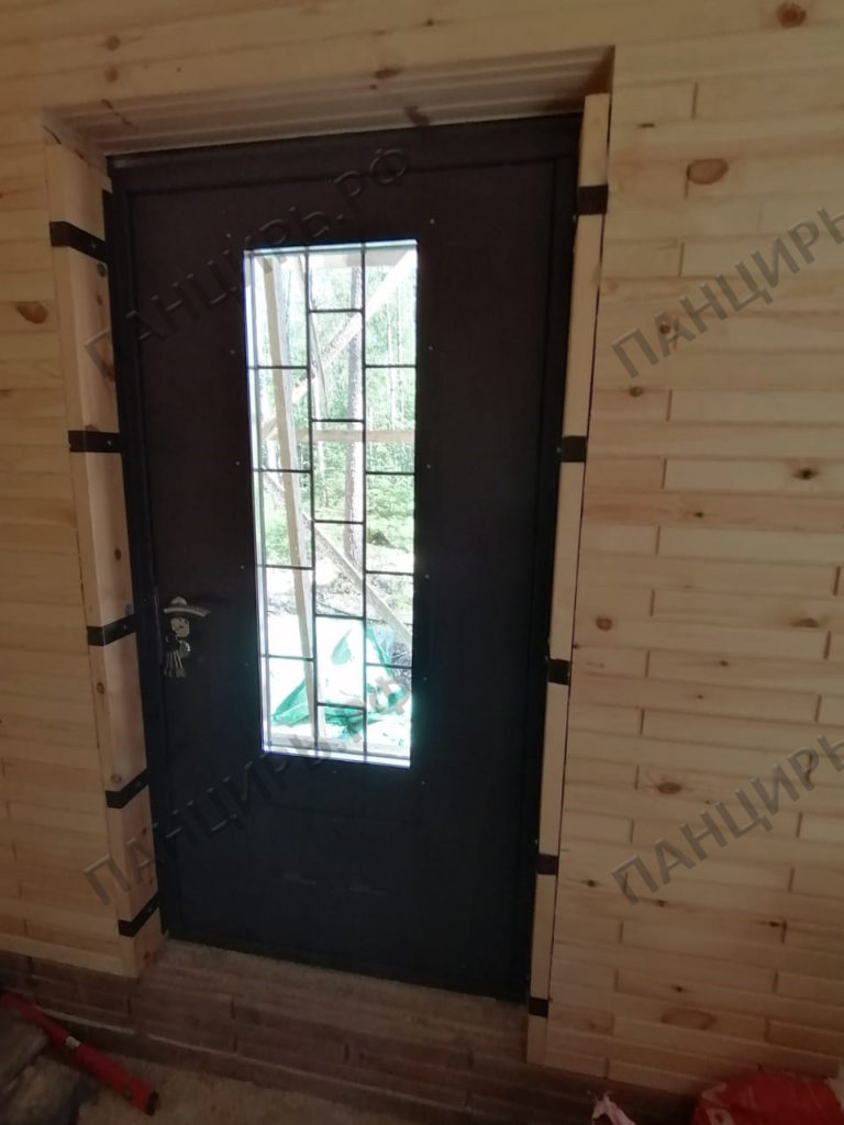 дверь в котельную с окном и решеткой