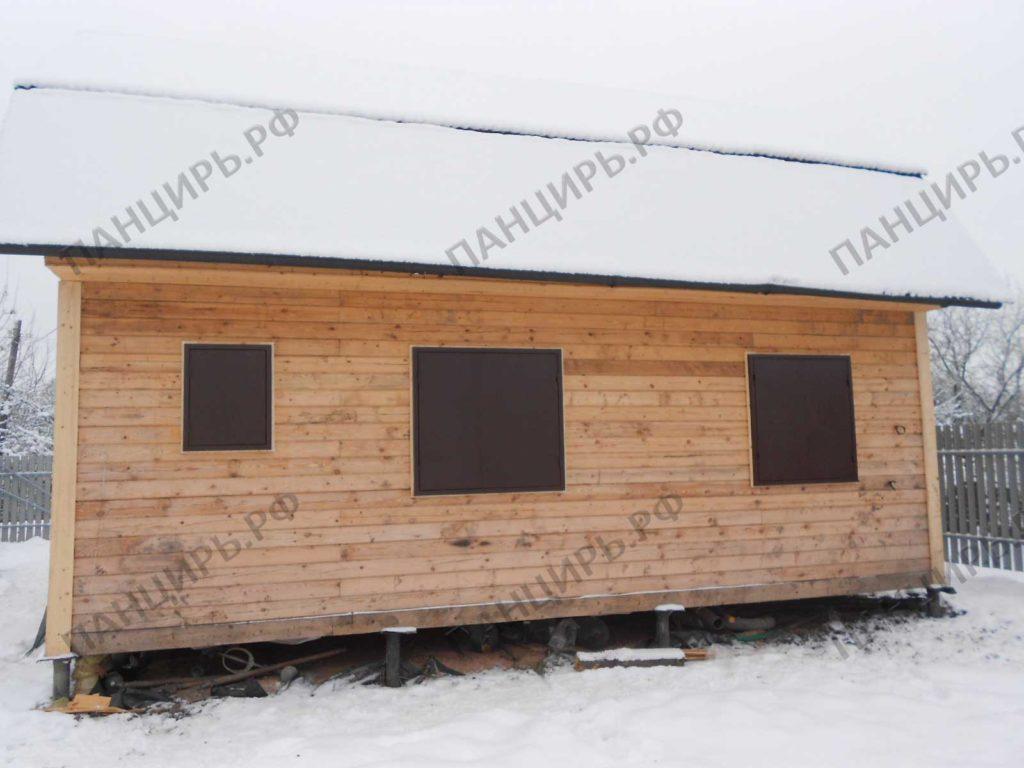 дом с металлическими ставнями