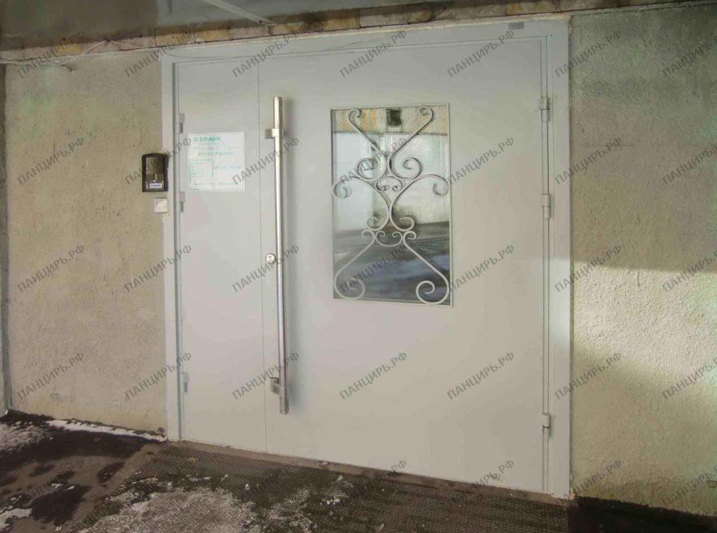 парадная дверь в здание